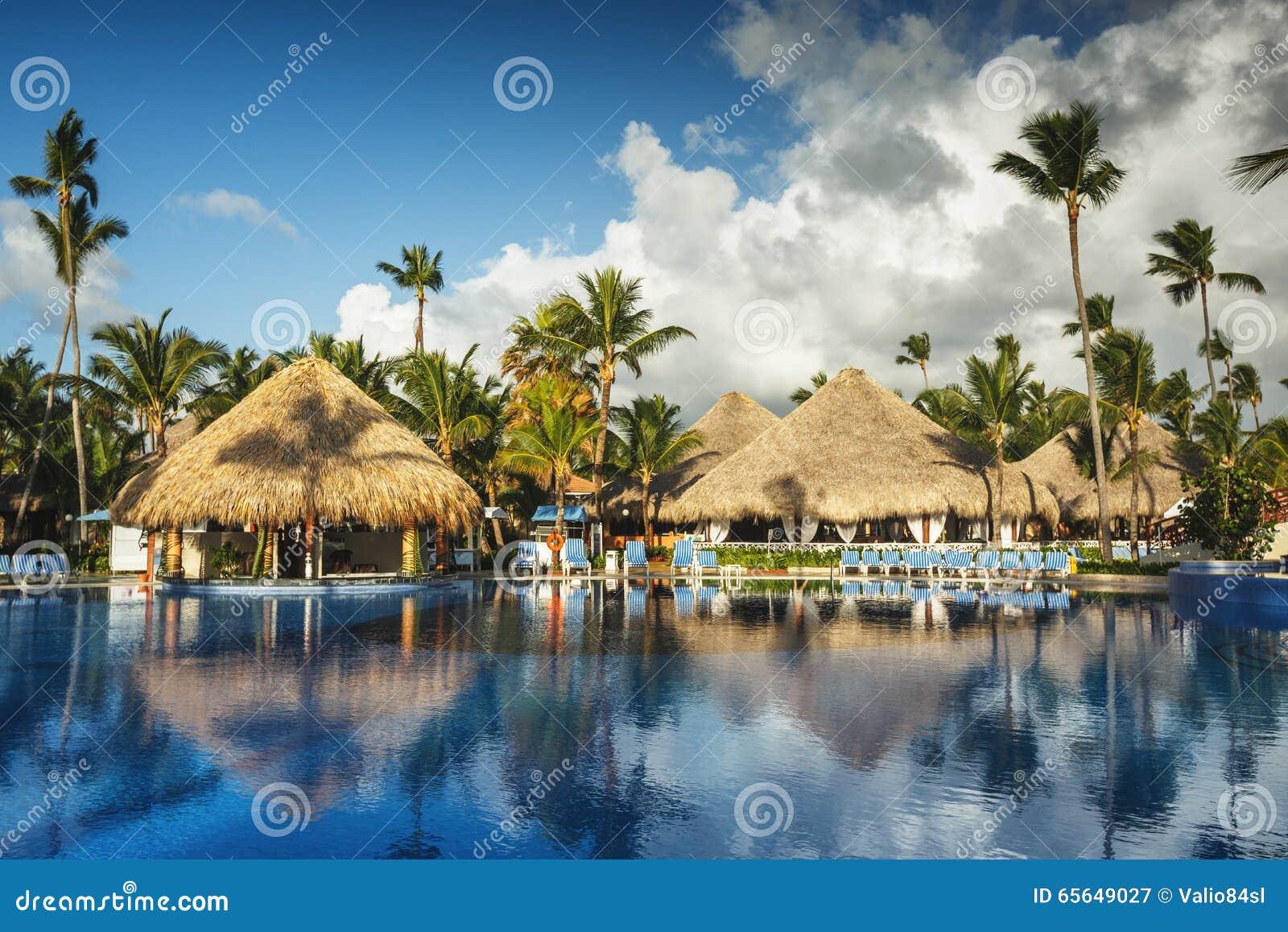 Lever de soleil au-dessus de piscine tropicale dans le lieu de villégiature luxueux, Punta Cana