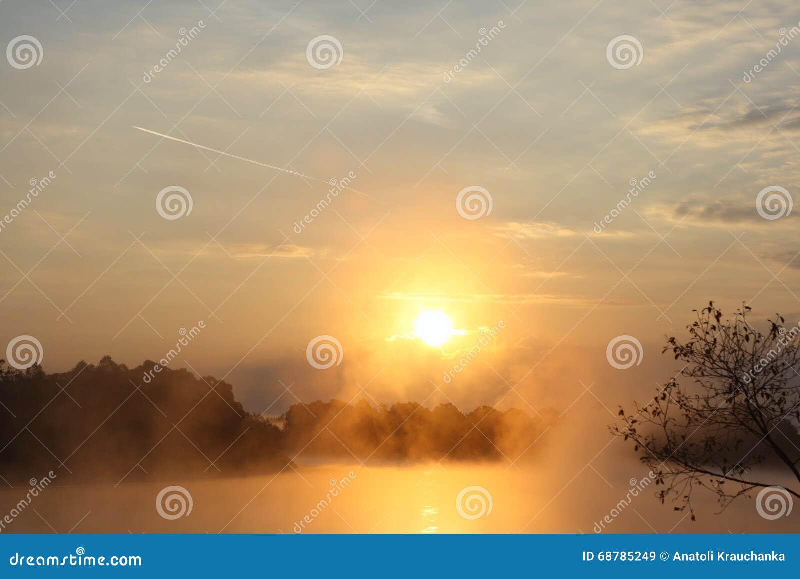 Lever de soleil au-dessus du fleuve