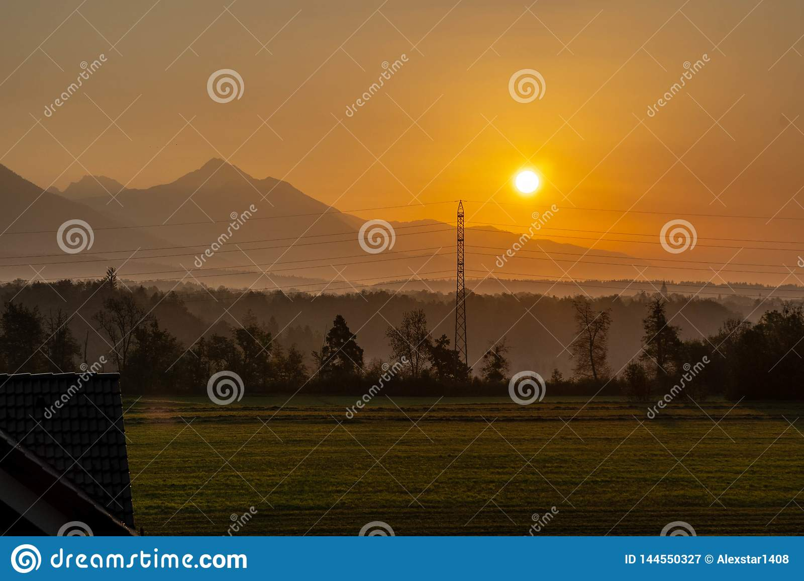 Lever de soleil au-dessus de la forêt et des montagnes
