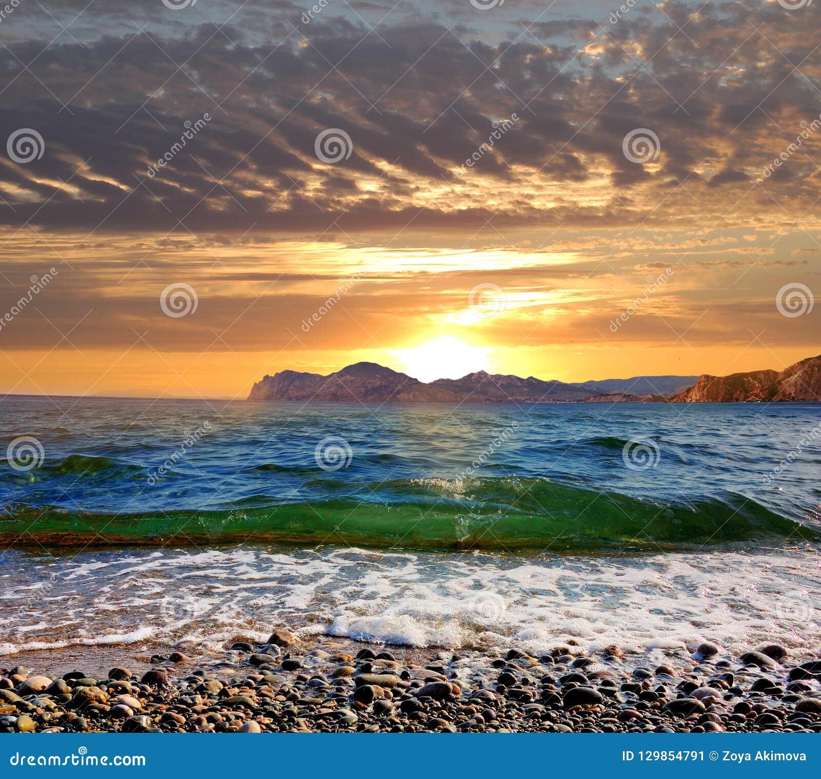Lever de soleil au-dessus de la Mer Noire, Crimée orientale