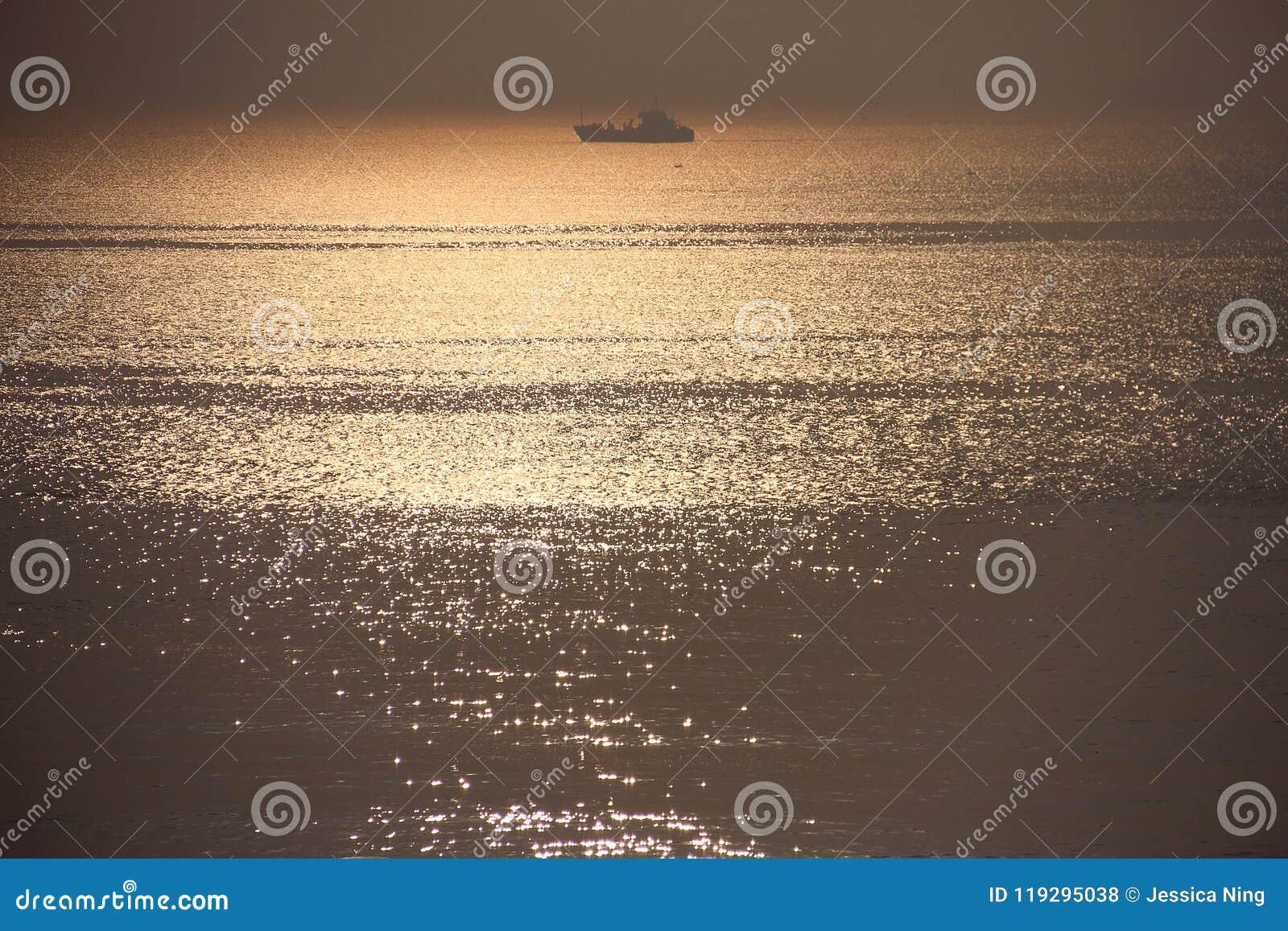 Lever de soleil au-dessus de la mer pendant le matin