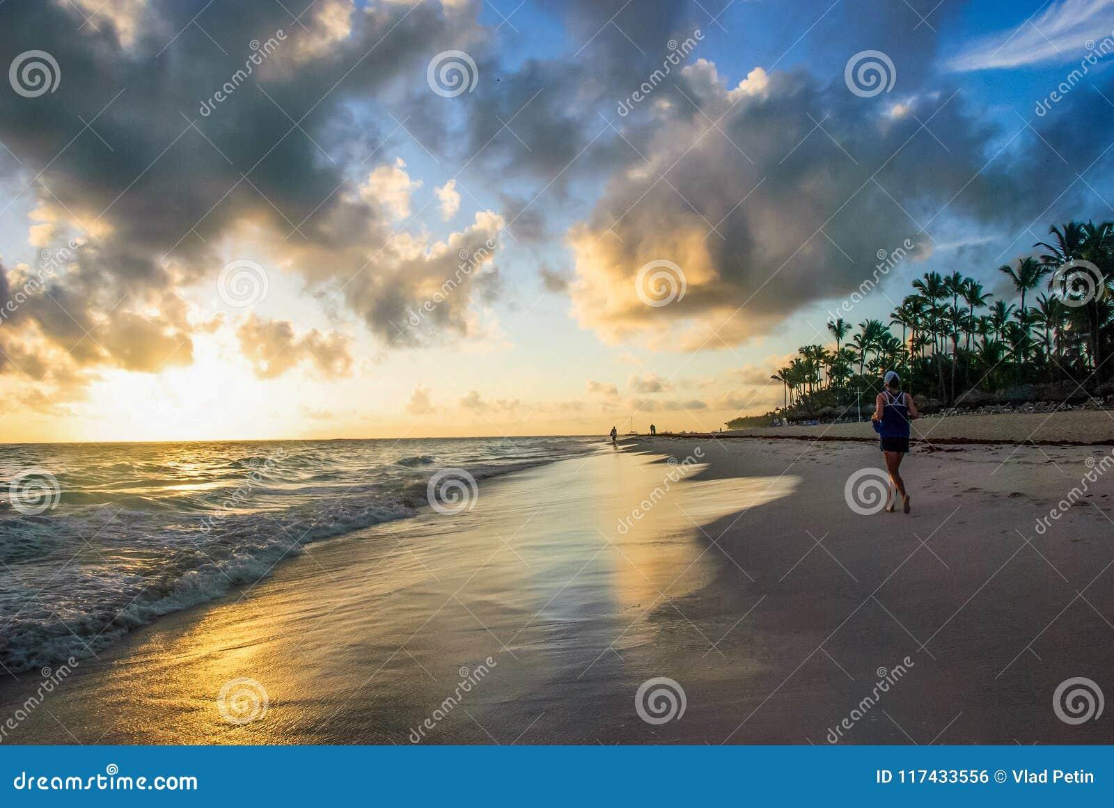 Lever de soleil au-dessus de la plage tropicale