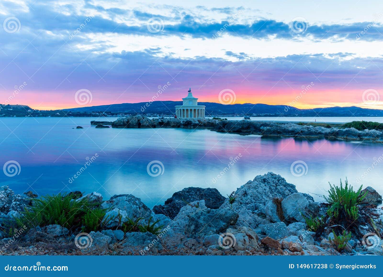 Lever de soleil au-dessus de phare de saint Theodoroi, Kefalonia, Gr?ce