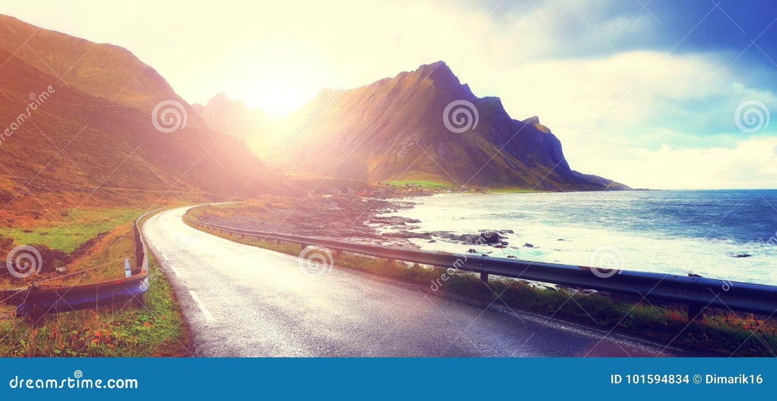 Lever de soleil au-dessus de route vide