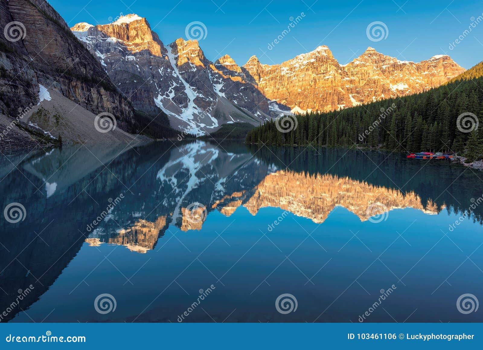 Lever de soleil au lac moraine dans le Canadien parc national des Rocheuses, Banff, Canada