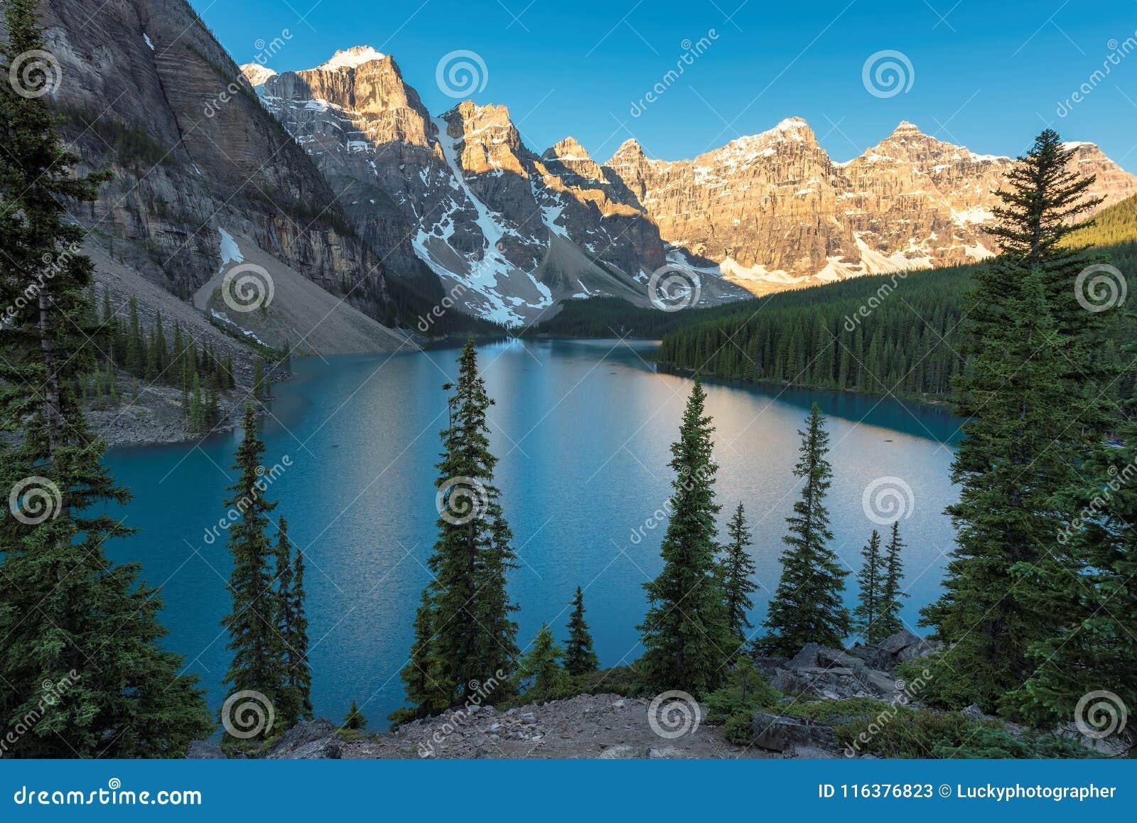 Lever de soleil au lac moraine en parc national de Banff, Canada