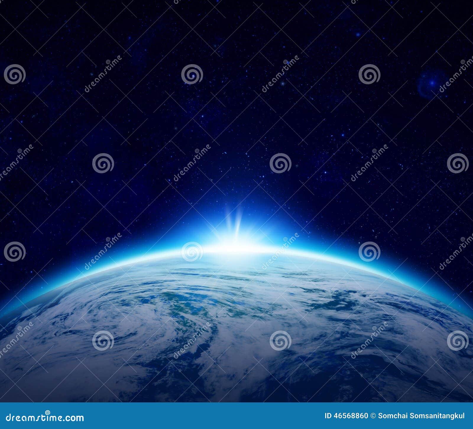 Lever de soleil bleu de la terre de planète au-dessus d océan nuageux avec des étoiles dans le ciel