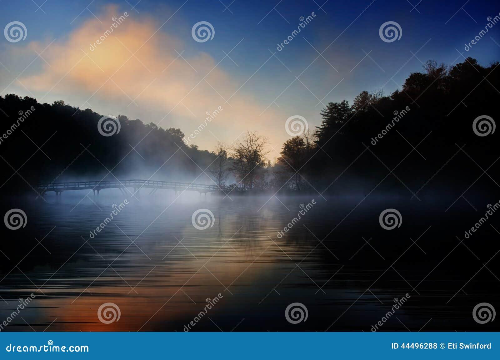 Lever de soleil brumeux de pont