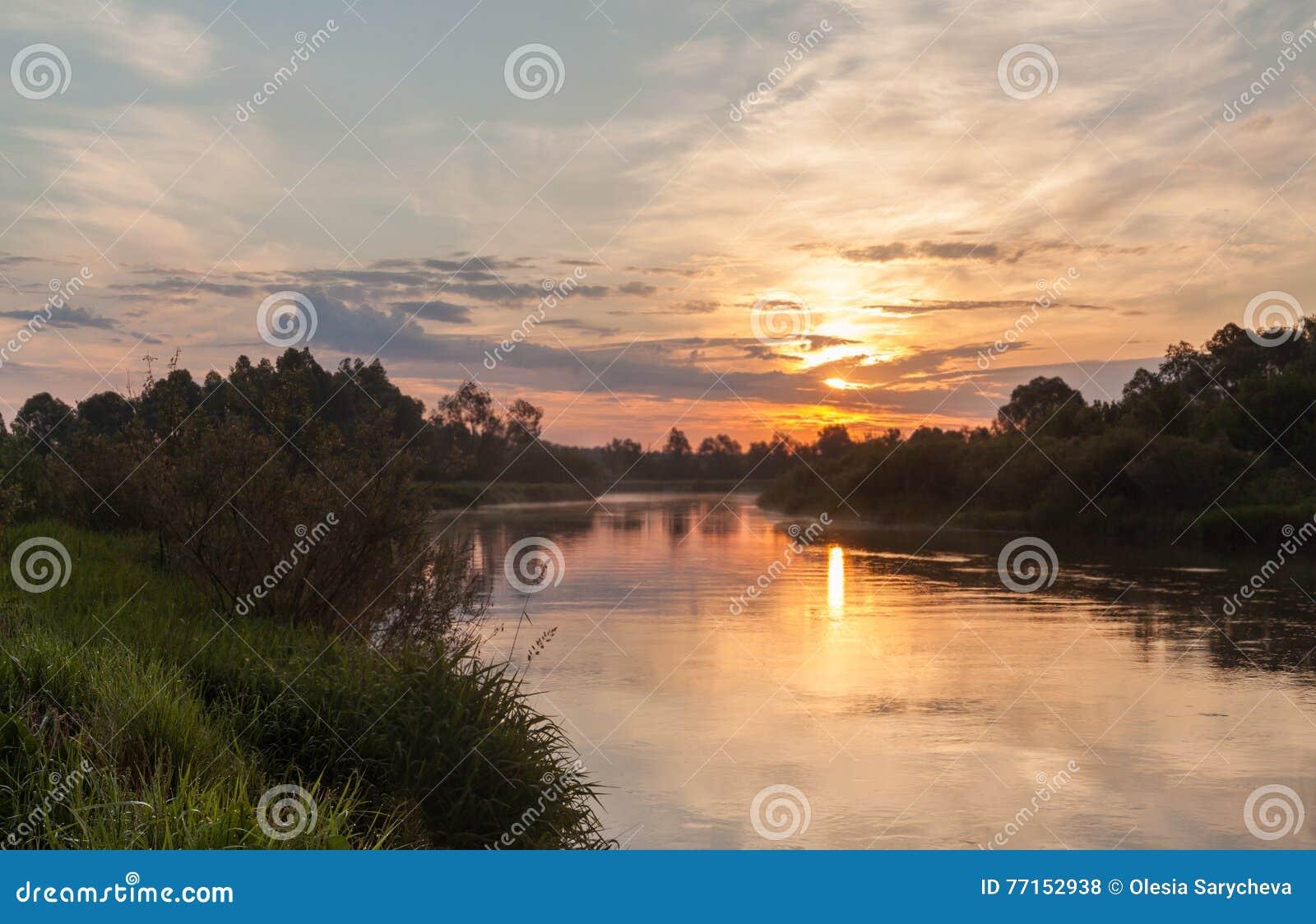 Lever de soleil brumeux sur le fleuve