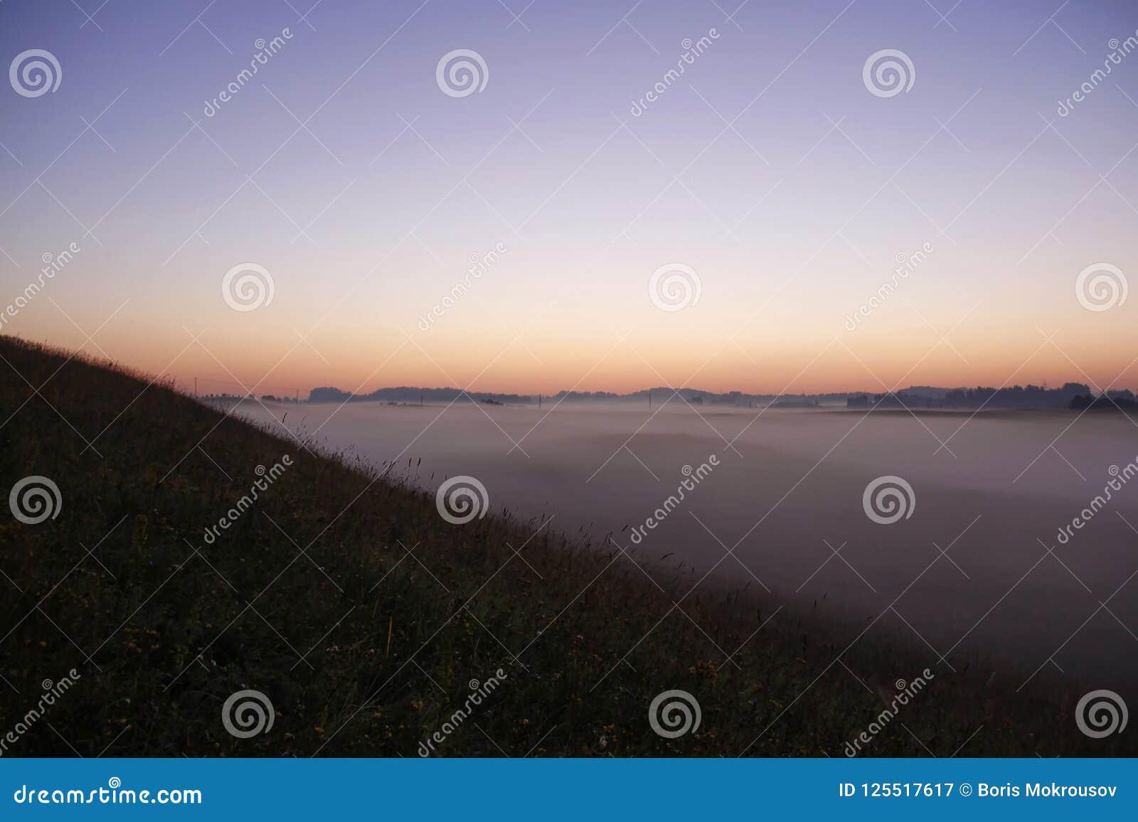 Lever de soleil coloré au-dessus de Rolling Hills dans le brouillard