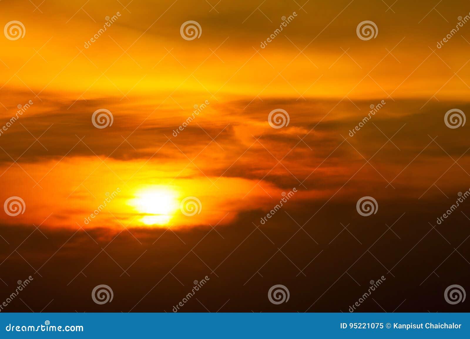 Lever de soleil-coucher du soleil avec des nuages, des rayons légers et tout autre effet atmosphérique Lever de soleil orange bri
