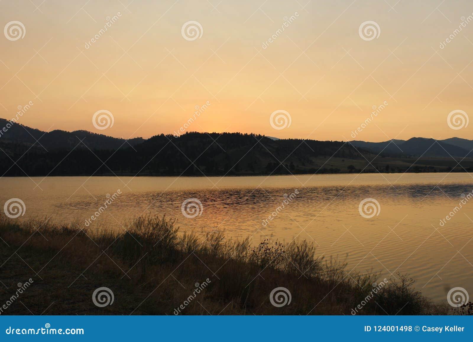 Lever de soleil d or au-dessus des montagnes au Montana