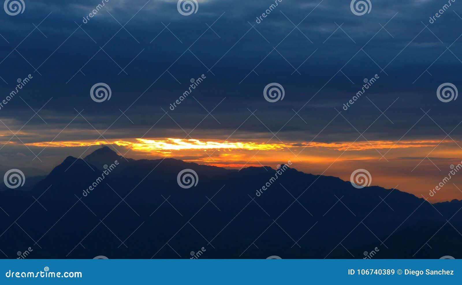 Lever de soleil dans plus grande pyramide naturelle dans le monde