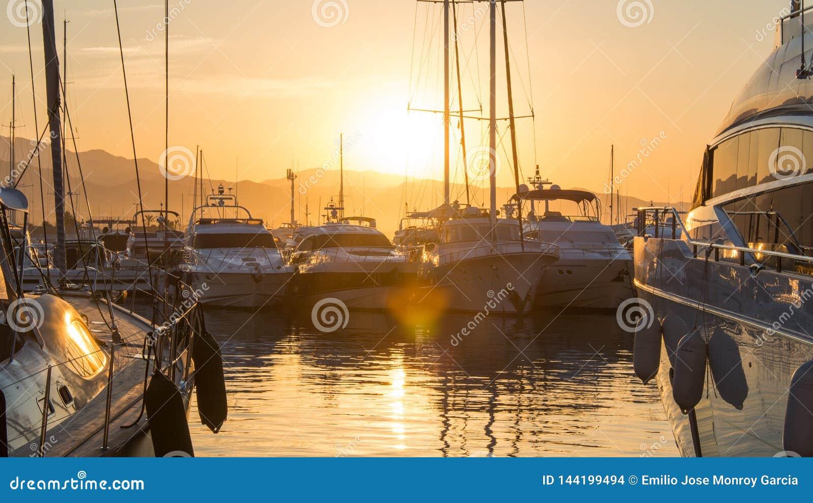 Lever de soleil dans Puerto Banus, Espagne, avec les yachts et le luxe