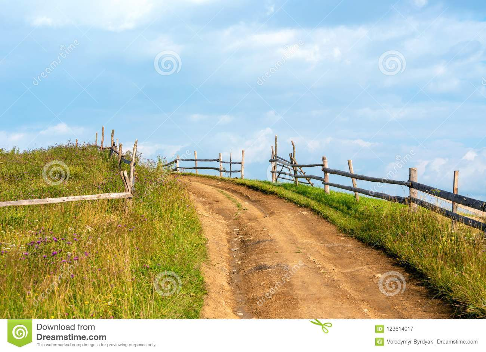 Lever de soleil dans un domaine sur une route rurale