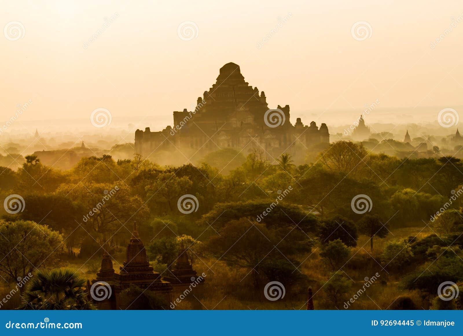 Lever de soleil de Bagan