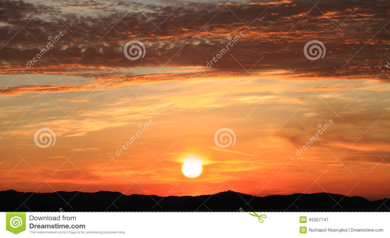 Lever de soleil de matin sur le ciel avec le clound