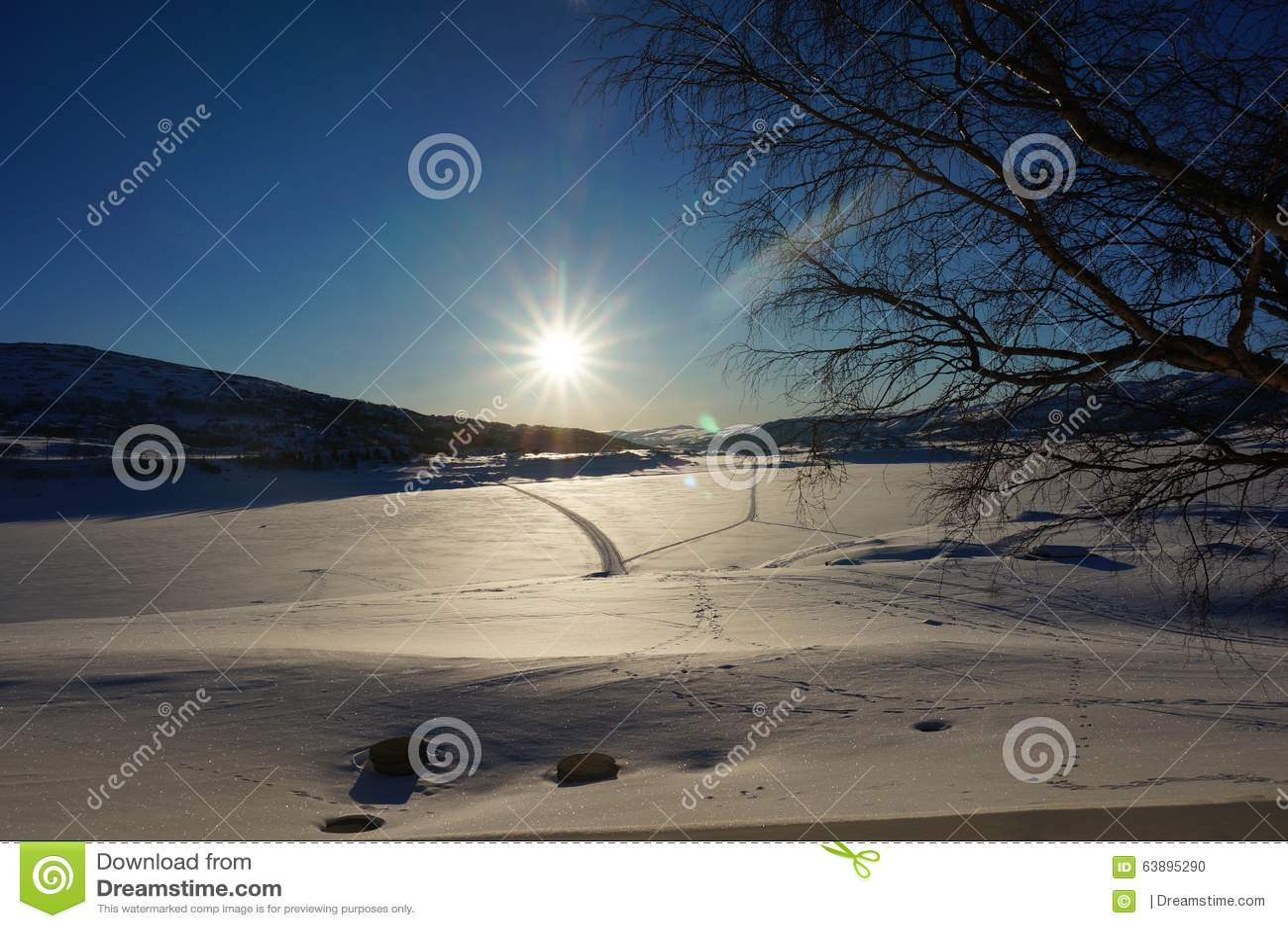 Lever de soleil de montagne d hiver