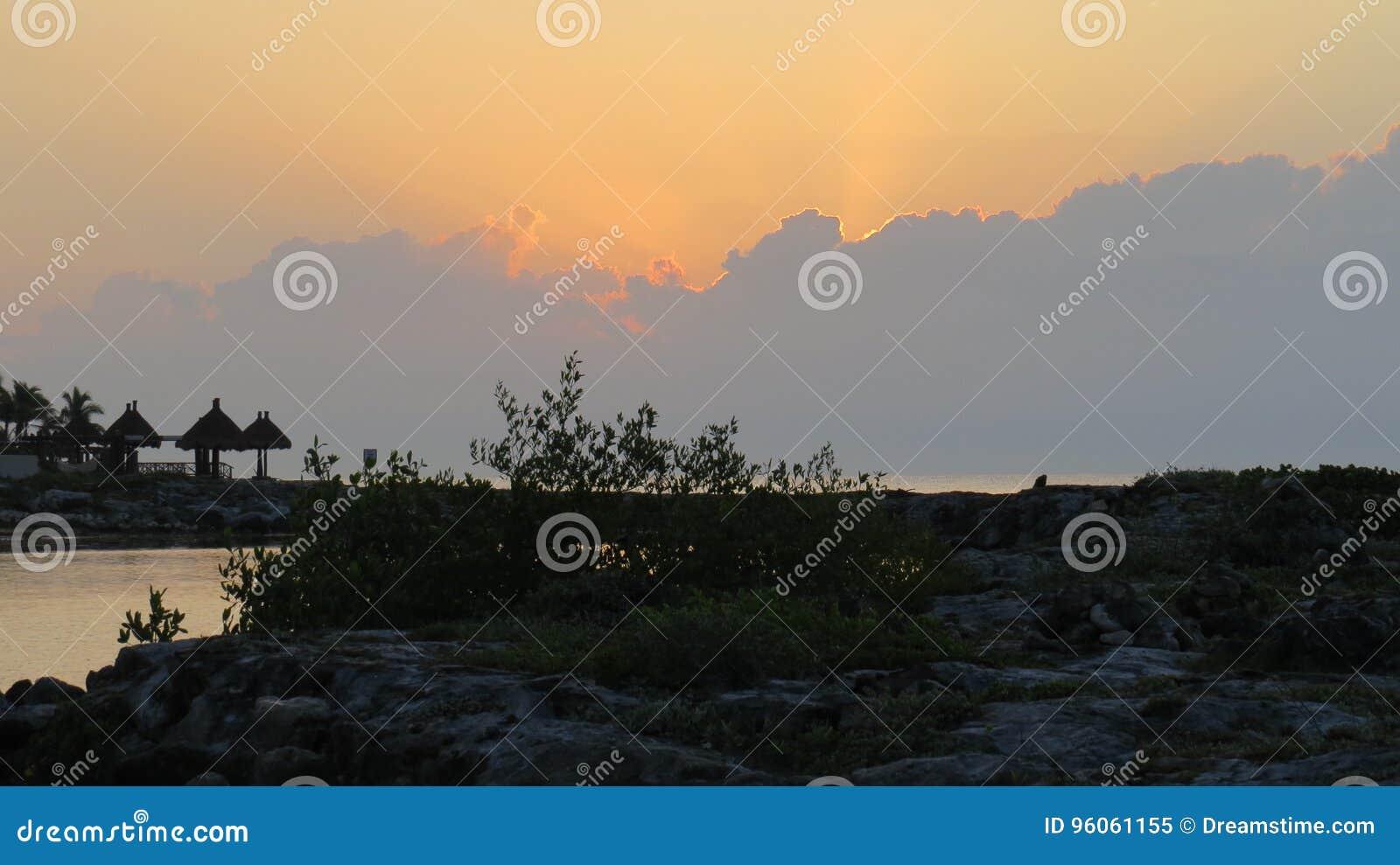Lever de soleil du Mexique au-dessus de la mer
