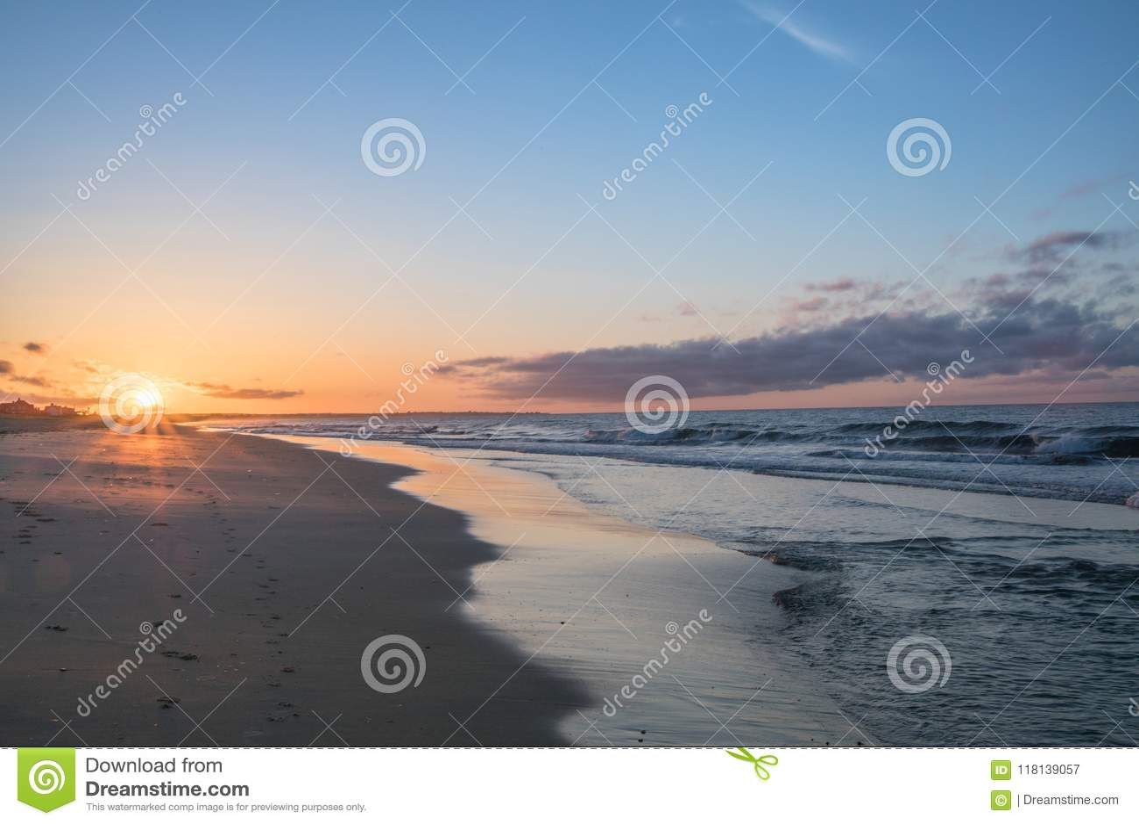 Lever de soleil de matin à la colline de montre