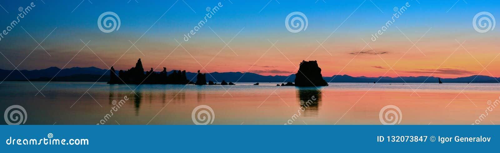 Lever de soleil mono de lac