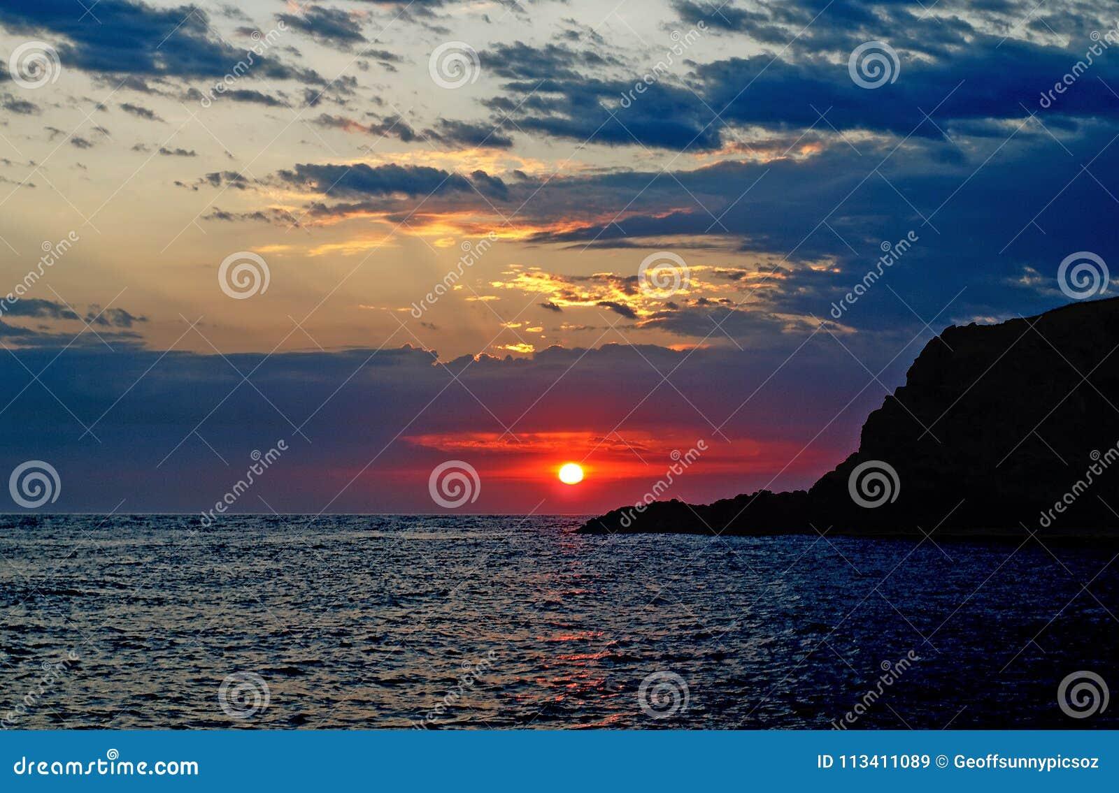 Lever de soleil orageux cramoisi en mer