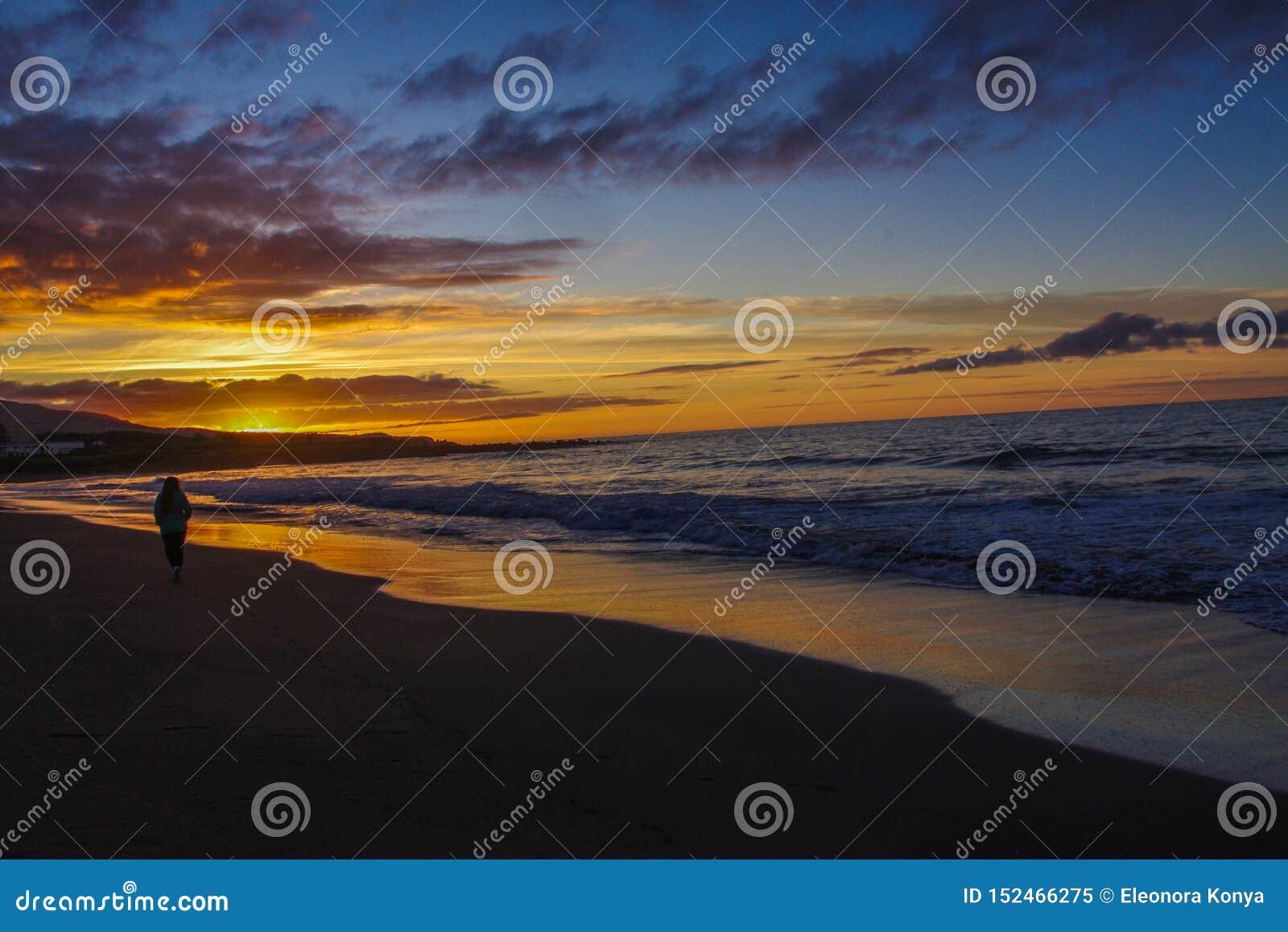 Lever de soleil par l Océan Atlantique et la fille de la lumière