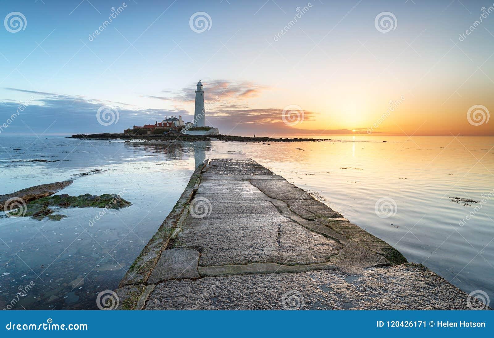 Lever de soleil de phare sur la côte du Northumberland