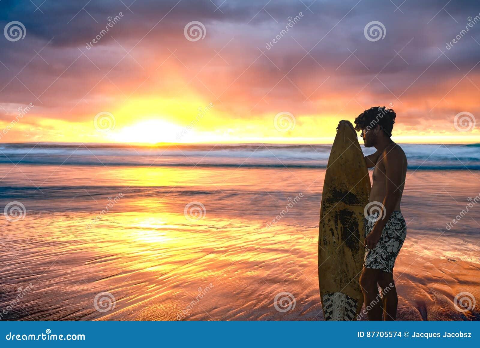 Lever de soleil renversant au-dessus d océan