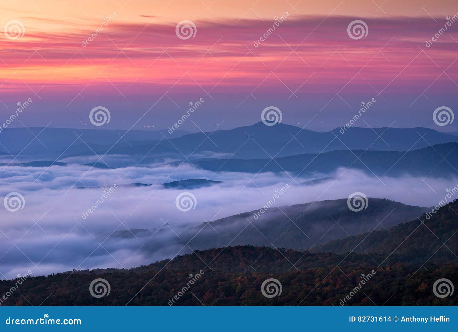Lever de soleil scénique de montagnes d arête bleue, la Caroline du Nord