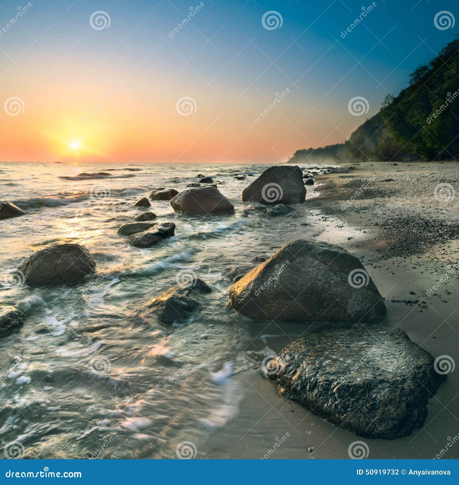 Lever de soleil sur l île Rugen un jour lumineux