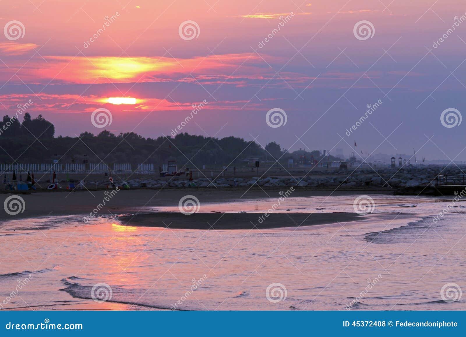 Lever de soleil sur la mer avec grand Sun coloré et réflexions sur OC