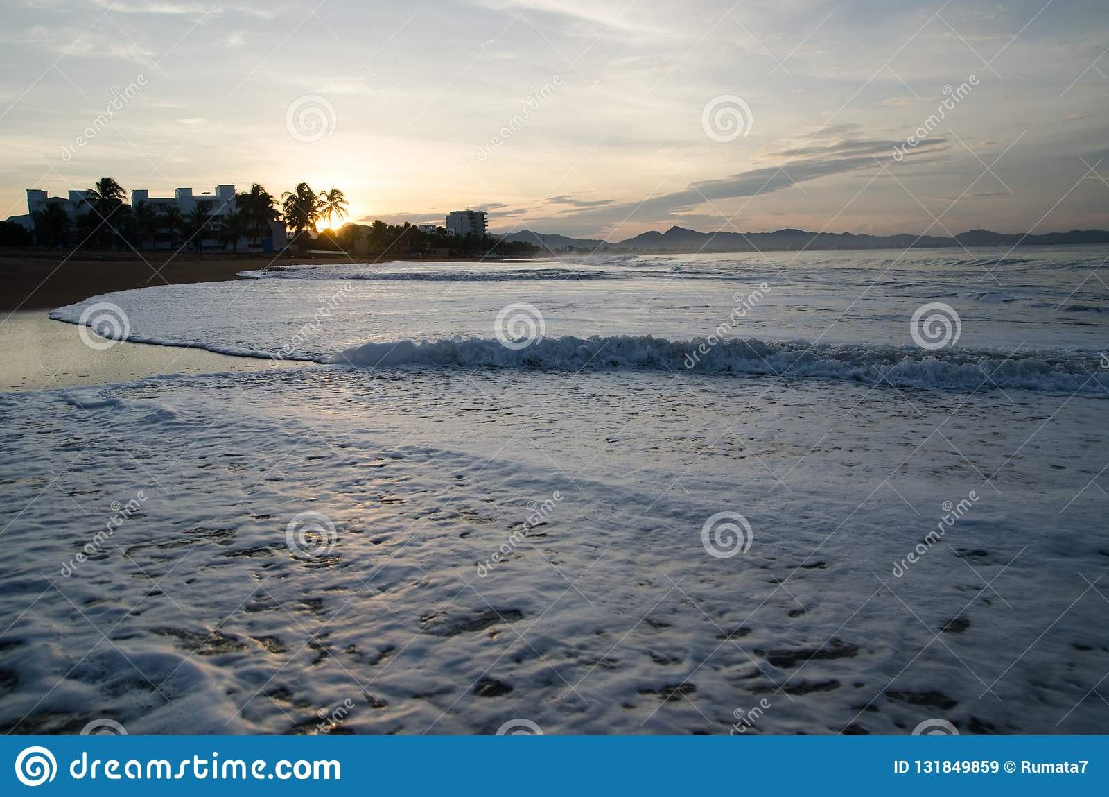 Lever de soleil sur la plage au Mexique Manzanillo, Colima