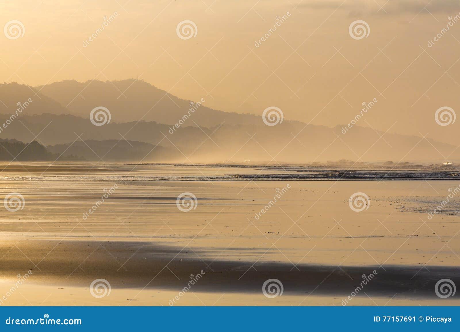Lever de soleil sur la plage de Matapalo en Costa Rica
