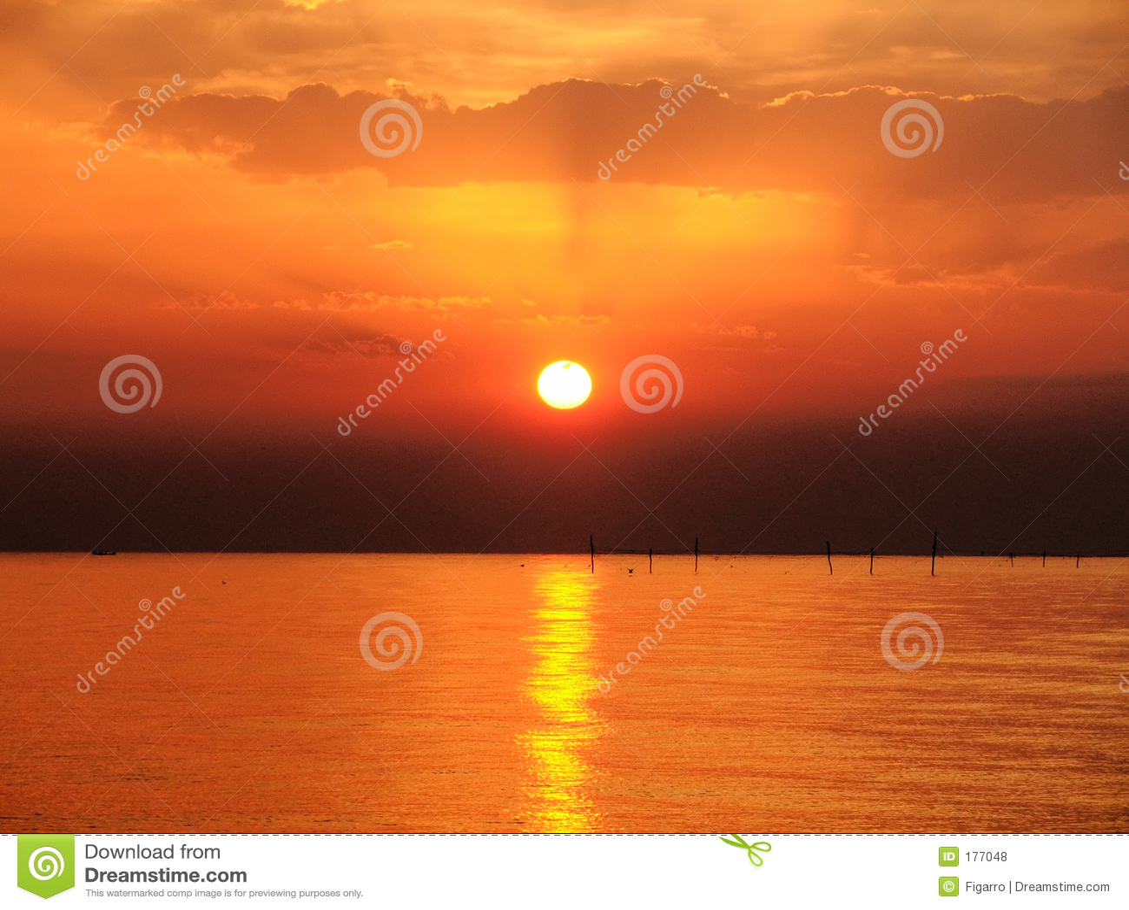 Lever de soleil sur le ciel clowdy