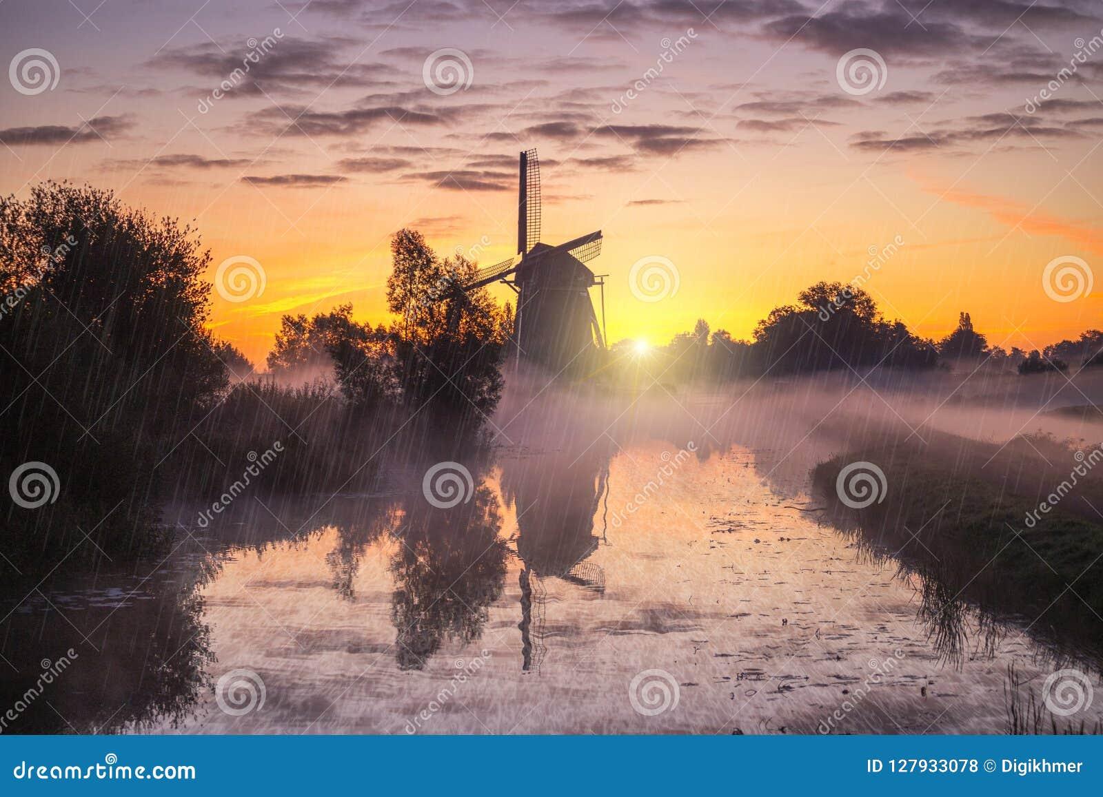 Lever de soleil sur le moulin à vent néerlandais