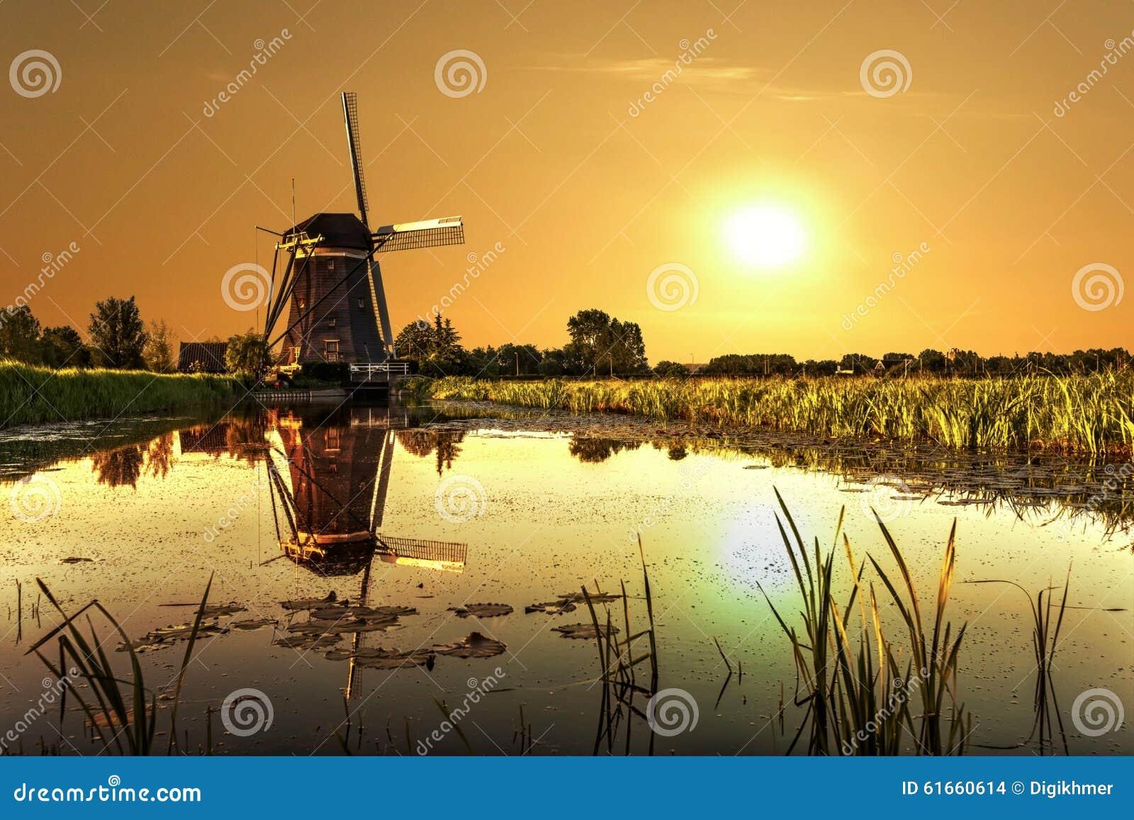 Lever de soleil sur un moulin à vent