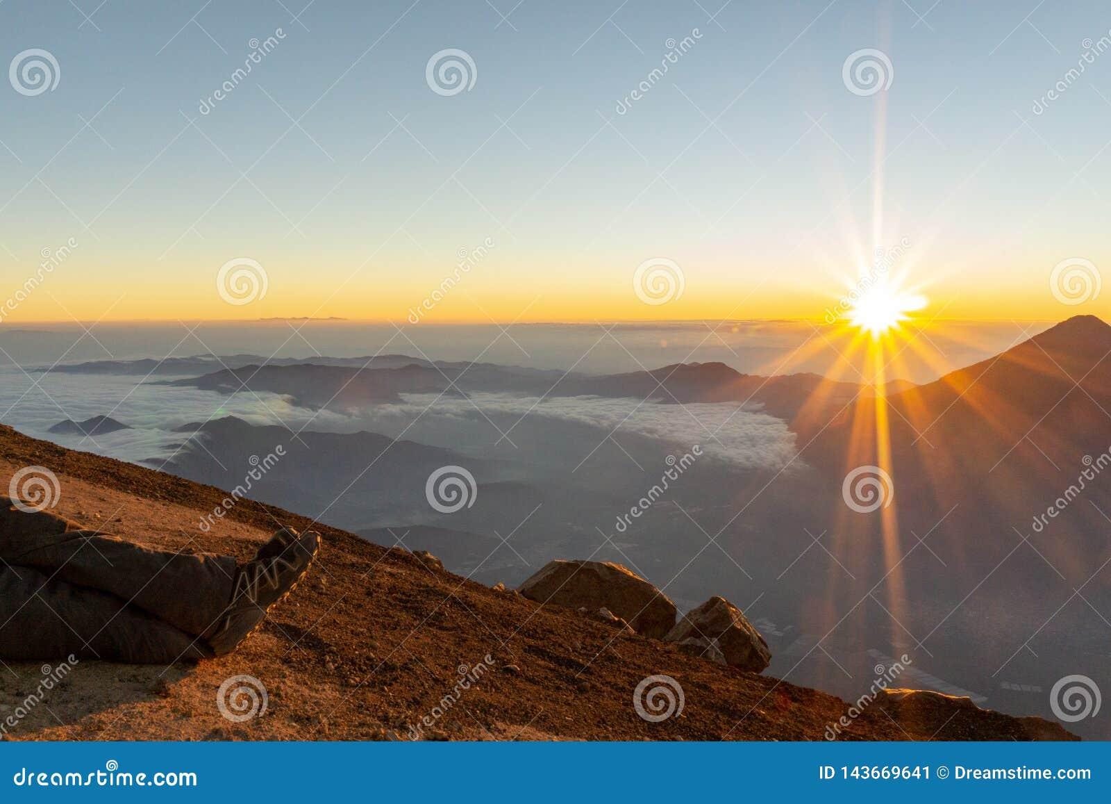 Lever de soleil sur un volcan