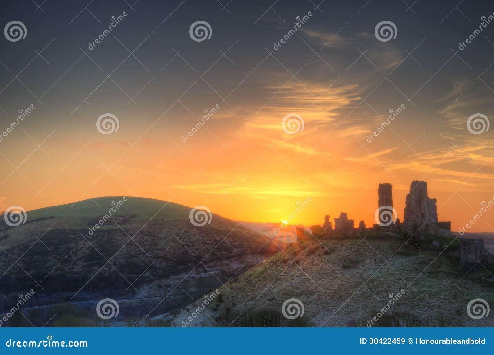 Lever de soleil vibrant de paysage d hiver au-dessus des ruines de château
