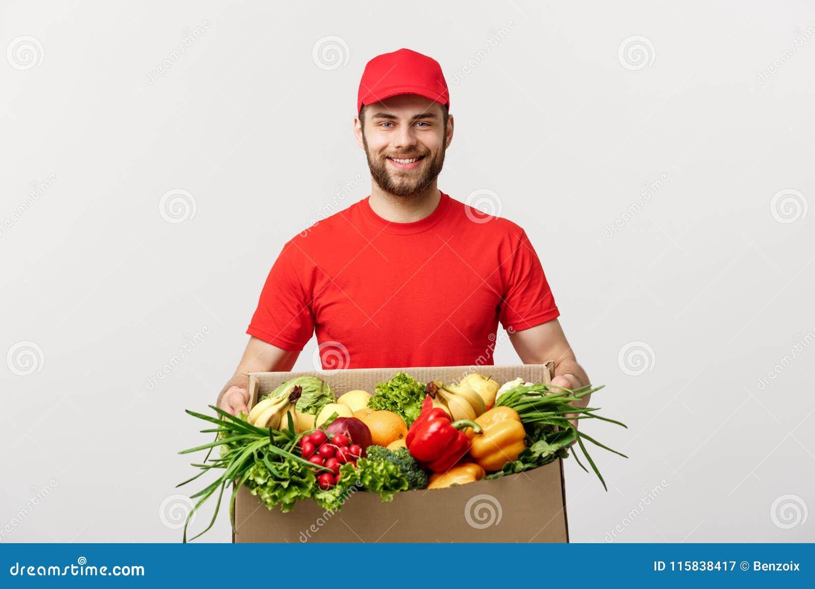 Leveransbegrepp - stilig ask för packe för Cacasian leveransman bärande av den livsmedelsbutikmat och drinken från lager Isolerat