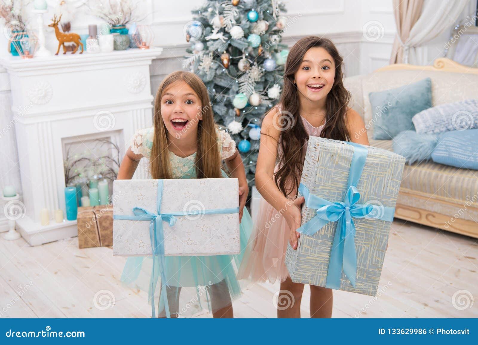 Leveransjulgåvor flickor för små barn med xmas-gåva lyckligt nytt år lyckliga små systrar firar vinter
