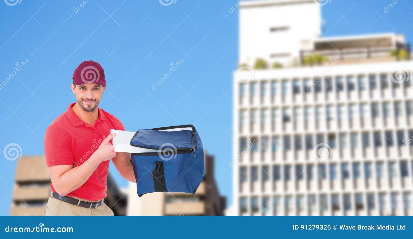 Leveransman som tar bort pizza från påse i stad