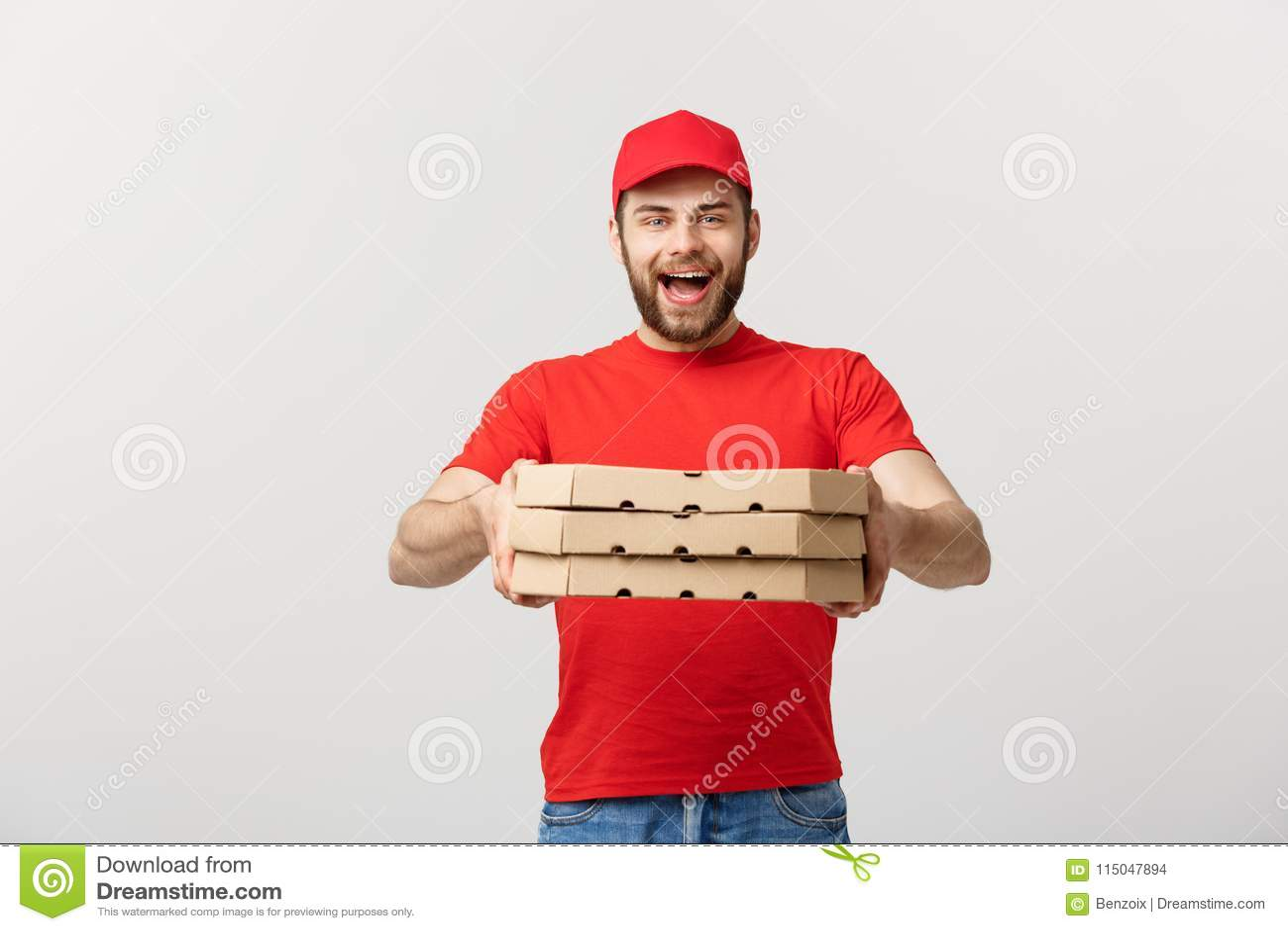 Leveringsconcept: Jonge Kaukasische Knappe die van de de mensenholding van de Pizzalevering de pizzadozen over grijze achtergrond