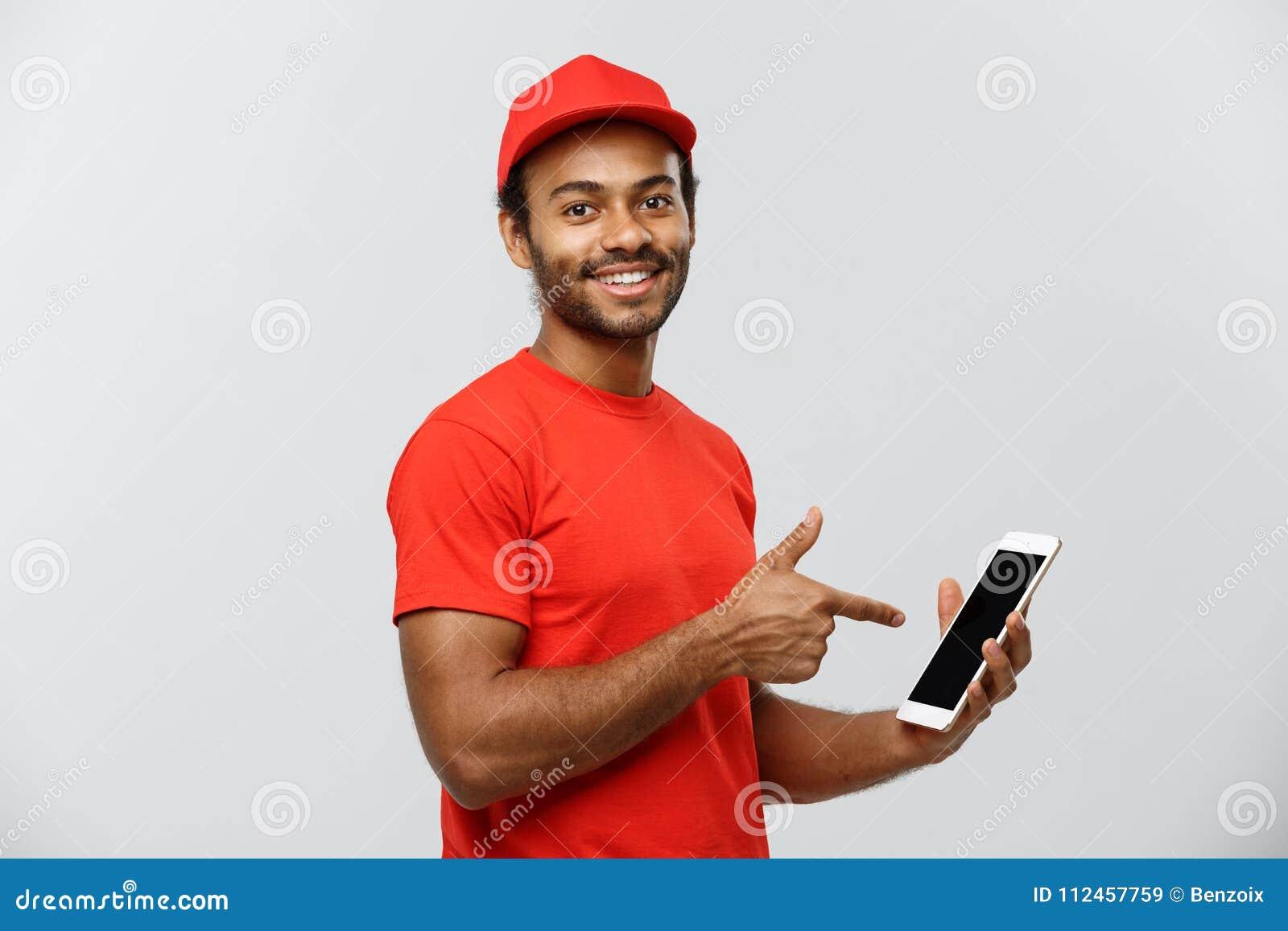 Leveringsconcept - Portret van de Knappe Afrikaanse Amerikaanse leveringsmens of koerier die tablet op u tonen om te controleren