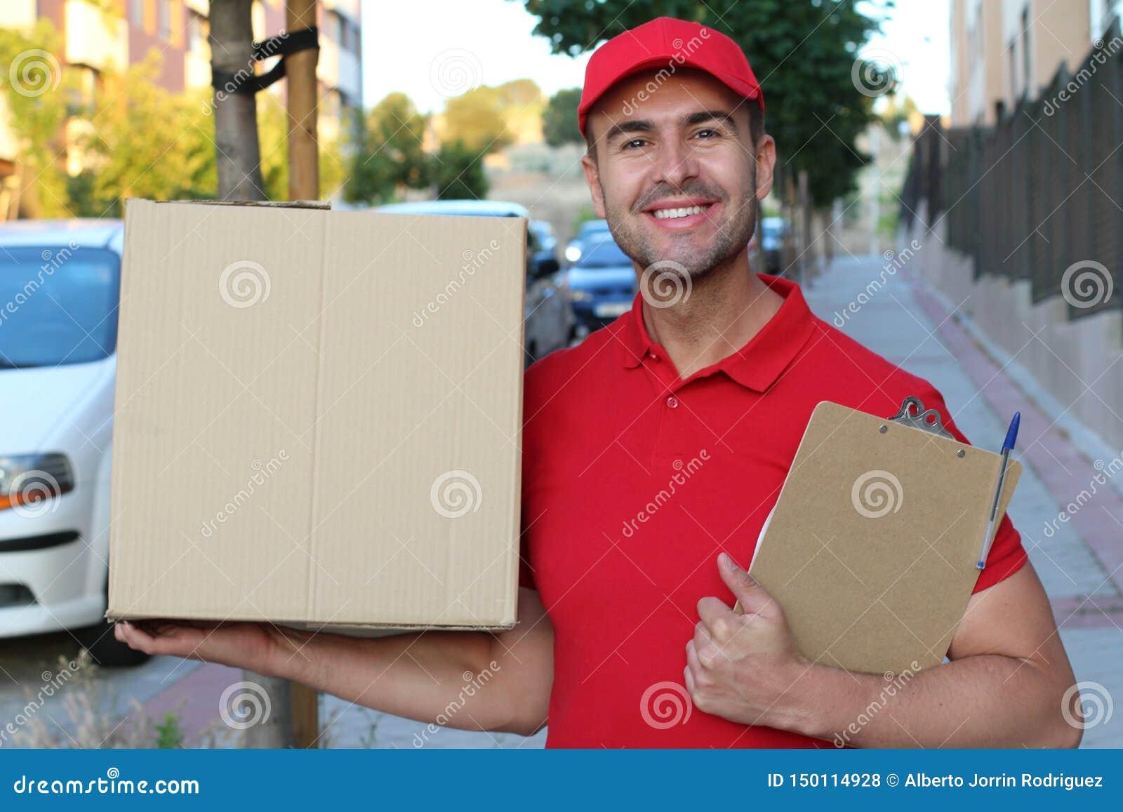 Leveringsmens die een doos in openlucht houden