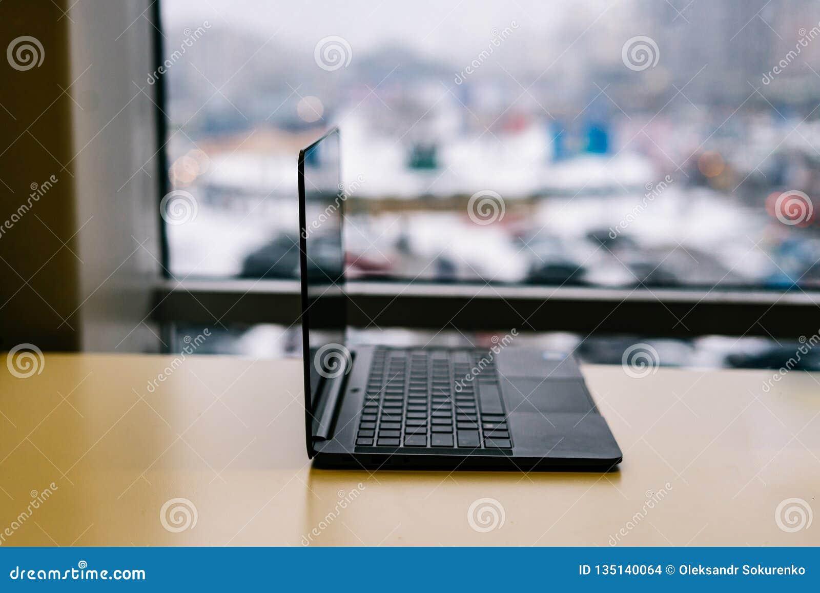 Lewa strona widok Nowożytny szczupły projekta laptop