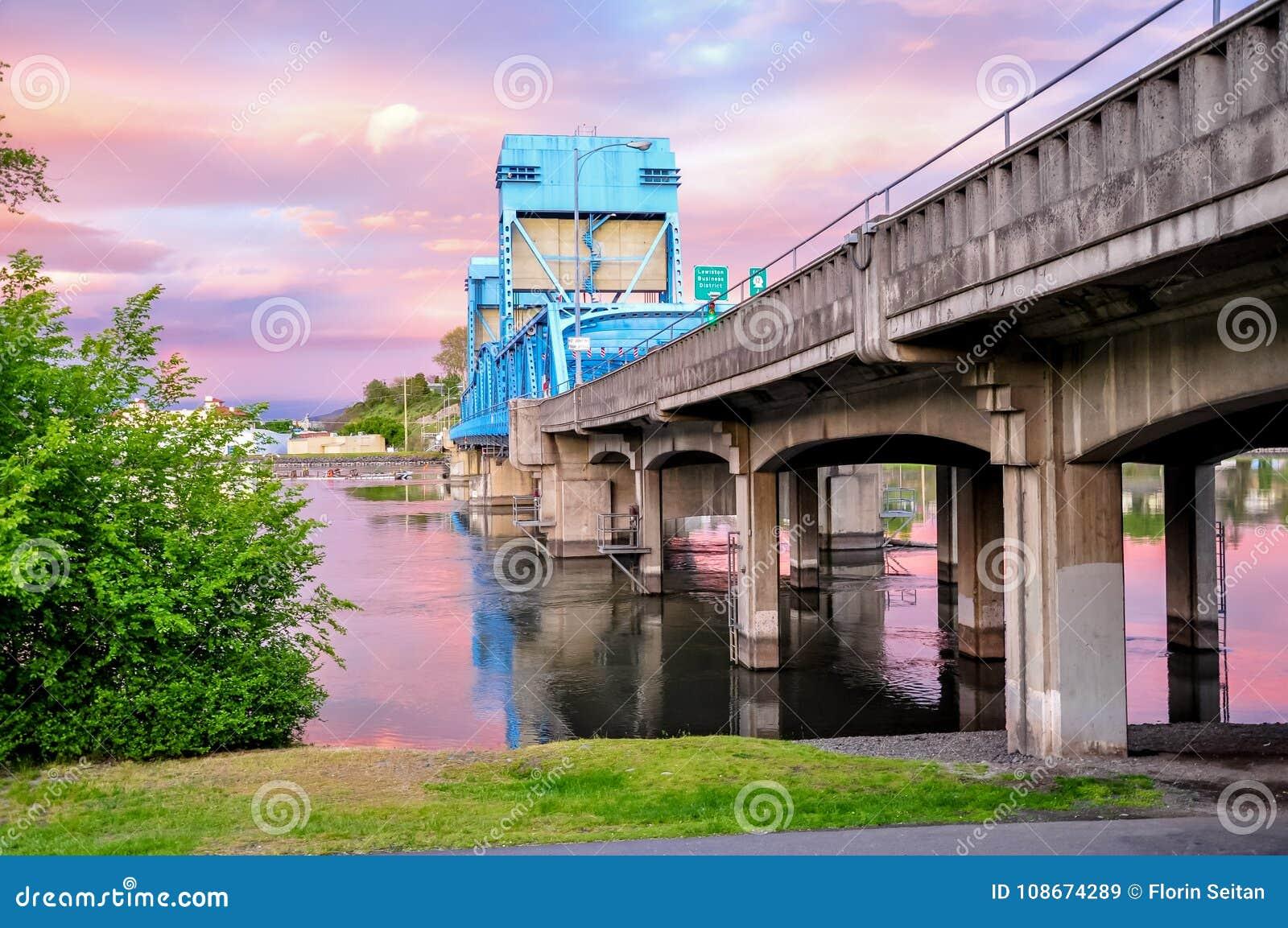 Lewiston - de blauwe brug van Clarkston tegen hemel met roze wolken op de grens van de staten van Idaho en van Washington