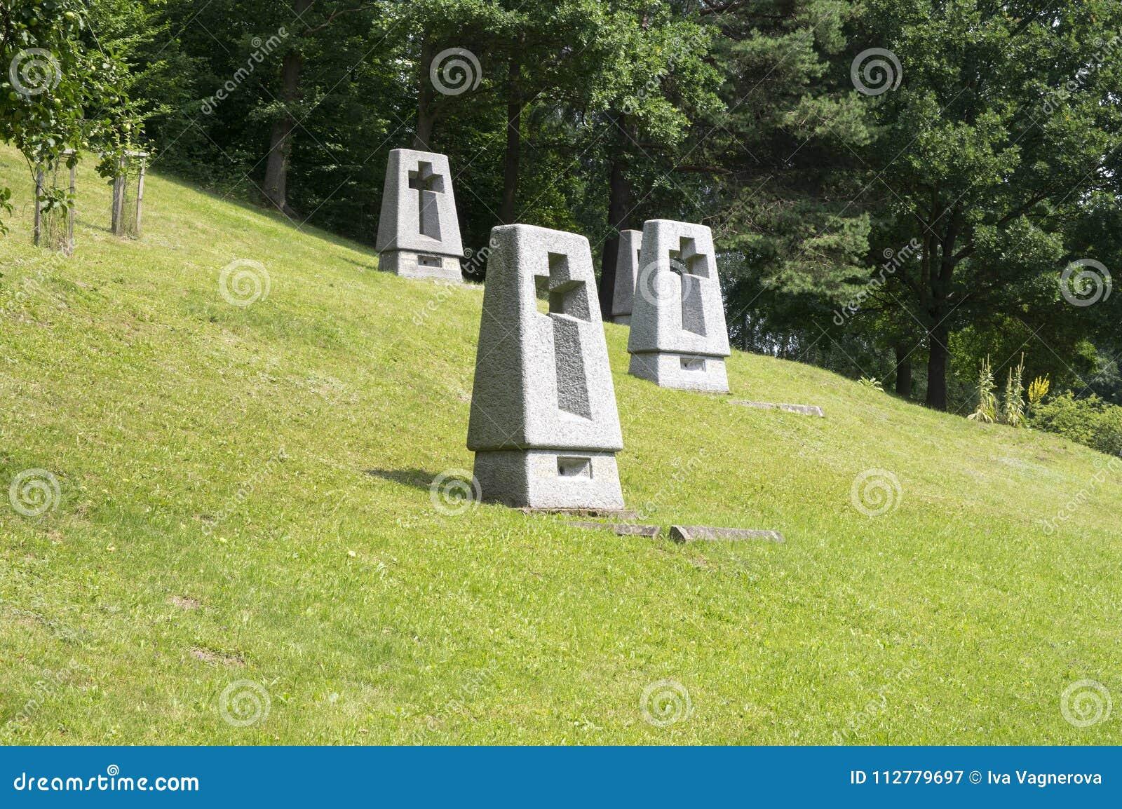 Lezakymonument, graven op weide