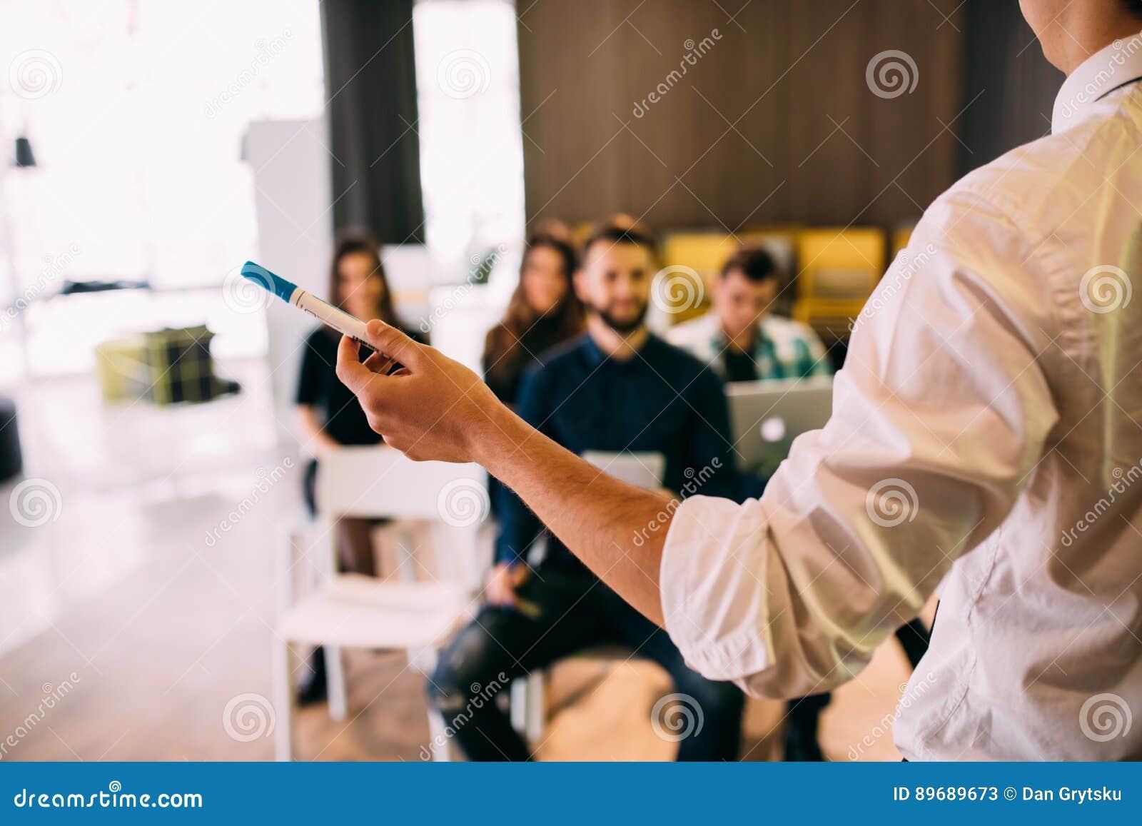 Lezing en opleiding in bedrijfsbureau voor administratieve collega s Nadruk op handen van spreker