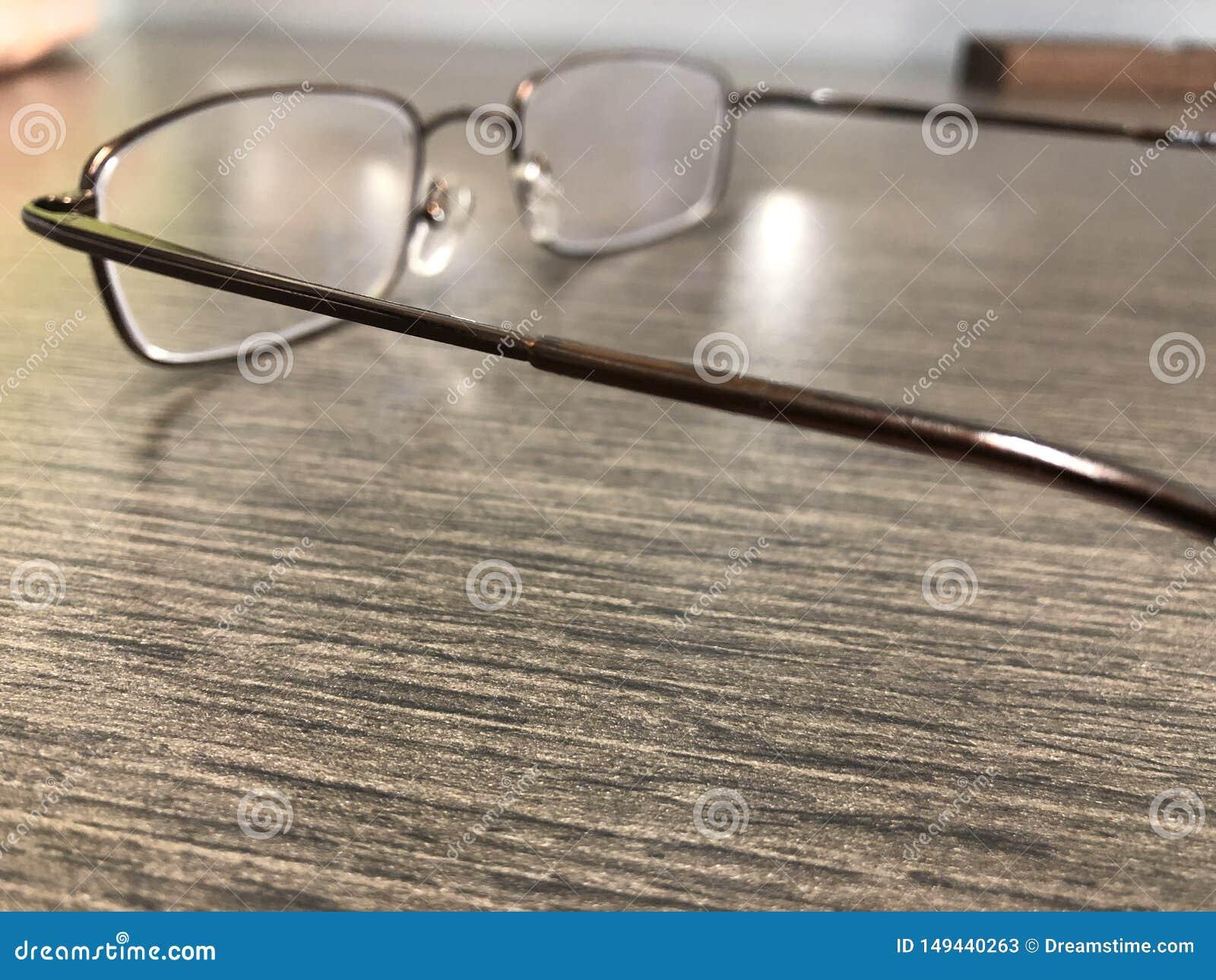 Lezingsglazen die op bureau liggen